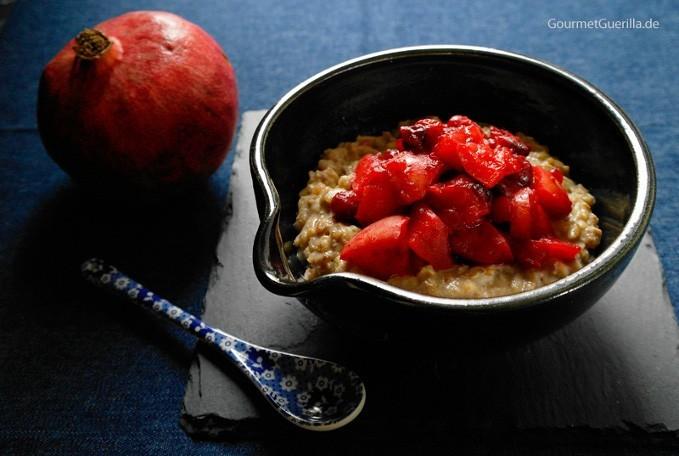 Haselnuss-Porridge mit Apfel-Cranberry-Kompott